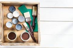 Подготовка для реновации деревянной коробки с щетками, s Стоковое Фото