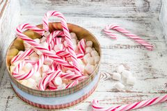 Подготовка для рождества с тросточками конфеты и зефиром стоковые изображения