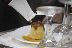 Подготовка домодельного флана с соусом шоколада, который нужно служить в ресторане стоковая фотография rf