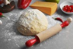 Подготовка домодельной пиццы на таблице Стоковое Изображение RF