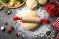 Подготовка домодельной пиццы на таблице Стоковые Изображения RF