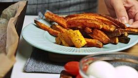 Подготовка испеченных овощей для гуакамоле с завтраком vegies сток-видео