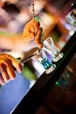 подготовка коктеила стоковая фотография rf
