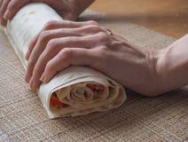 Подготовка кренов мяса, сыра и трав краба в lavash Стоковые Изображения