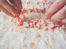 Подготовка кренов мяса, сыра и трав краба в lavash Стоковые Фото