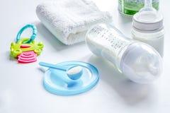 Подготовка младенца смеси подавая на белой предпосылке Стоковая Фотография