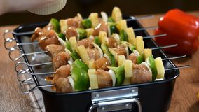 Подготовка мяса для барбекю BBQ shashlik гриля сток-видео