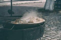 Подготовка мясного блюда на фестивале еды улицы стоковые изображения rf