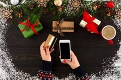 Подготовка на зимние отдыхи Покупка рождества он-лайн Стоковые Фотографии RF