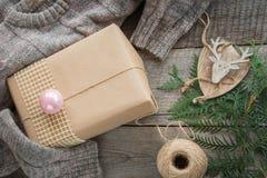 Подготовка на праздник рождества Натюрморт рождества giftbox, оформления, шпагата, ели, хворостин Взгляд сверху и Copyspace плоск Стоковые Изображения