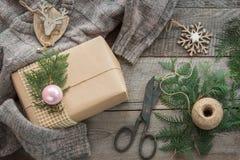 Подготовка на праздник рождества Натюрморт рождества giftbox, оформления, шпагата, ели, хворостин Взгляд сверху и Copyspace плоск Стоковое Фото