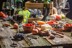 Подготовка на ужин с вином и плодами в загоренном саде стоковое фото rf