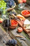 Подготовка на ужин с сыром, красным вином в вечере стоковая фотография rf