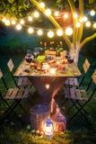 Подготовка на ужин с сыром, красным вином в загоренном саде стоковая фотография rf