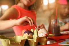 Подготовка пасхи детей путем красить пасхальные яйца стоковое изображение rf