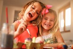 Подготовка пасхи детей путем красить пасхальные яйца стоковые изображения