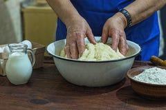 Подготовка, пекарня, мука, тесто, пожилая женщина, конец вверх, космос экземпляра стоковые изображения