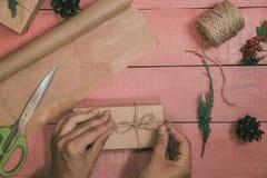 Подготовка подарков рождества Подарочные коробки упакованы с kraft Стоковое Фото