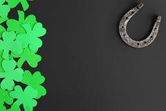Подготовка подков и клеверов для пиршества St. Patrick Символы удачи на темной предпосылке для верхней части дизайна стоковая фотография