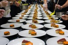 Подготовка праздничного обедающего в ресторане стоковое изображение rf