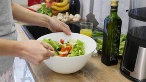 Подготовка салатов здоровые овощи кухни Варить обедающий видеоматериал