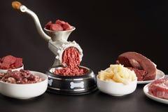 Подготовка свежего сырого мяса для собачьей еды barf стоковое фото
