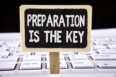 Подготовка текста сочинительства слова ключ Концепция дела для исследования Learn подготавливает для завоевать написанный на Wood стоковые изображения rf