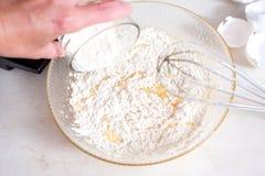 Подготовка теста Измерение количества ингридиентов в рецепте Ингридиенты для теста: мука, яичка, rollin Стоковая Фотография RF