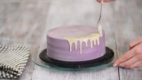 Подготовка торта праздника Девушка льет жидкостный белый шоколад видеоматериал