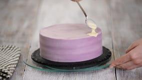 Подготовка торта праздника Девушка льет жидкостный белый шоколад сток-видео