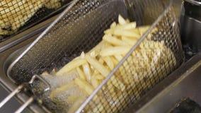 Подготовка французского картофеля фри в fryer в ресторане сток-видео