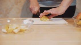 Подготовка фруктового салата видеоматериал
