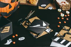 Подготовка хеллоуина Украшение хеллоуина сделанное из бумаги ремесла Стоковая Фотография RF