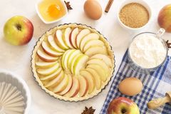 Подготовка яблочного пирога стоковые изображения rf