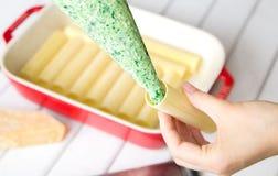 Подготовка cannelloni шпината и сыра: Заполнять cannelloni с завалкой шпината и сыра Стоковое Изображение RF