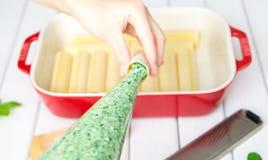 Подготовка cannelloni шпината и сыра: Заполнять cannelloni с завалкой шпината и сыра Стоковое фото RF