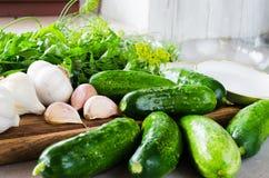 Подготовка marinated огурцы консервации с травами, чесноком, солью, и специей стоковые фото