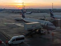 Подготовки делаются для полета воздушных судн русской авиакомпании Аэрофлота в раннем утре стоковое изображение