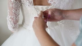 Подготовки утра Женщина надевая платье видеоматериал