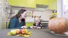 Подготовки хеллоуина Мама и дочь играют в макияже Они показывают жесты застращивания акции видеоматериалы