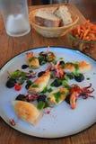Подготовленная плита каракатиц и кальмара на таблице ресторана стоковые изображения rf