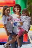 подготовляет дочей ее мать удерживания outdoors Стоковые Фотографии RF