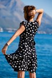 подготовляет привлекательную outdoors outstretched женщину стоковые фото