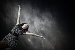 подготовляет протягивать неба девушки стоковая фотография rf