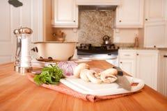 Подготовлять еду на острове кухни стоковые изображения rf