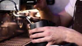 подготовлять кофе Barista подготавливает молоко для крупного плана напитка кофе сток-видео