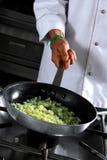 подготовлять лука шеф-повара Стоковая Фотография