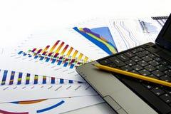 Подготовлять рапорт Голубые диаграммы и диаграммы Бизнес-отчеты и куча документов на серой предпосылке отражения стоковые фото