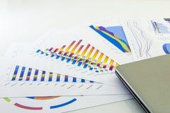 Подготовлять рапорт Голубые диаграммы и диаграммы Бизнес-отчеты и куча документов на серой предпосылке отражения стоковые фотографии rf