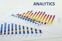Подготовлять рапорт Голубые диаграммы, стекла, калькулятор и ручка Бизнес-отчеты и куча документов на серой предпосылке отражения стоковая фотография rf